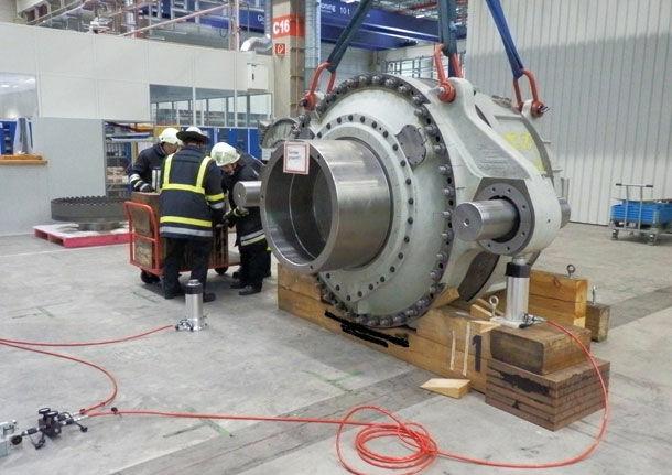 hydraulic_cylinder_lifting_wind_turbine