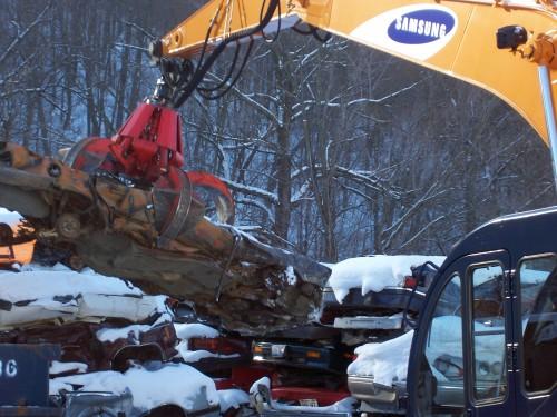 hydraulic scrap grapple moves scrap wood